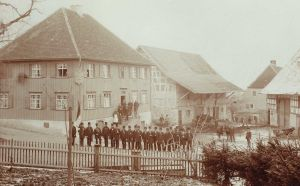 """Musikverein vor dem, Landgasthof """"Zum Goldenen Kreuz"""" Pfrungen ca. 1890"""